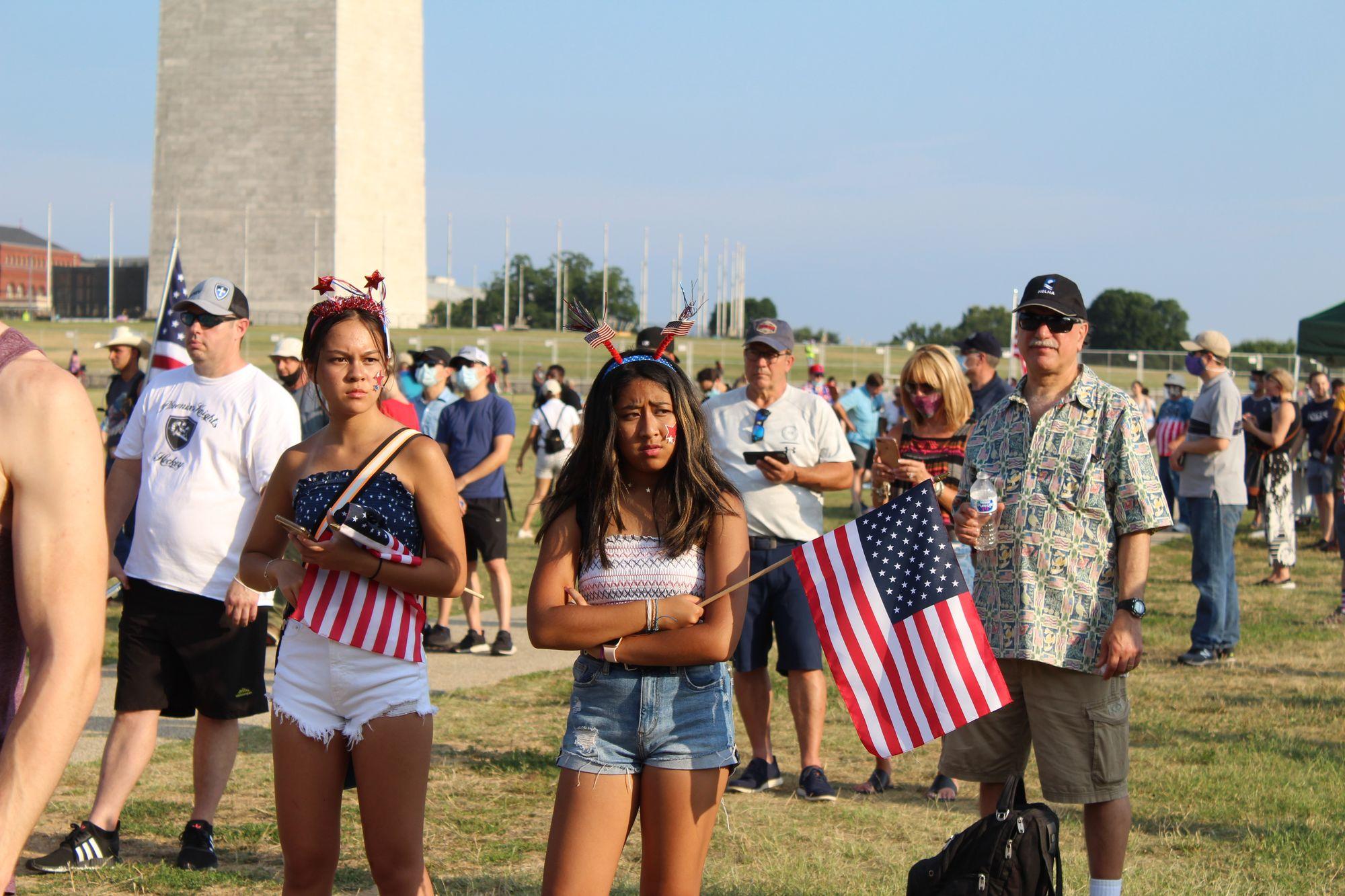 多數到國家廣場參加國慶活動的民眾沒戴口罩,也沒遮住口鼻。(記者張筠 / 攝影)