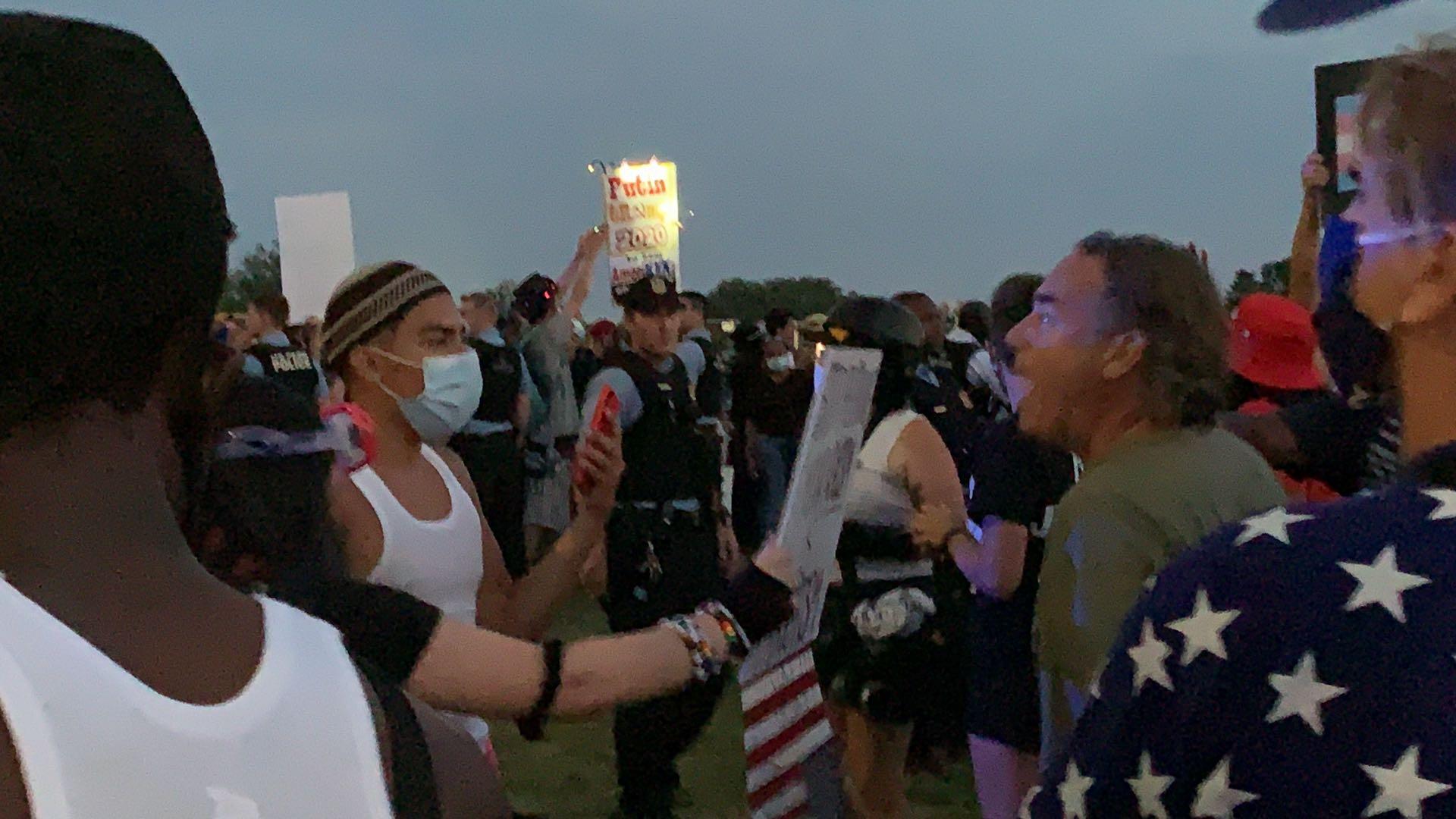 民眾在混亂中對喊口號,相互挑釁。(記者張筠 / 攝影)