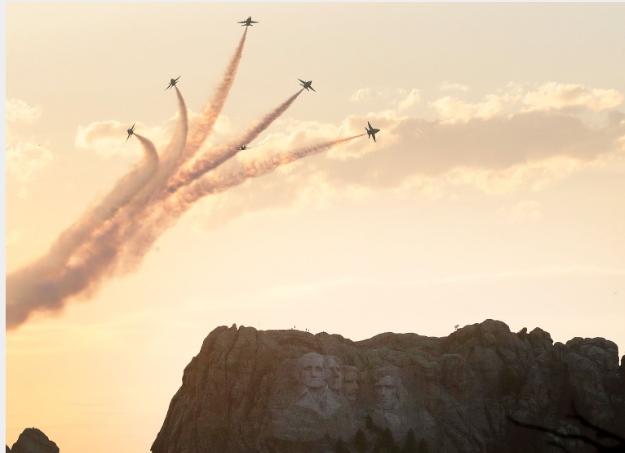 川普總統3日前往南達科他州的總統山國家紀念公園,參加美國國慶煙火施放並發表演說。(Getty Images)