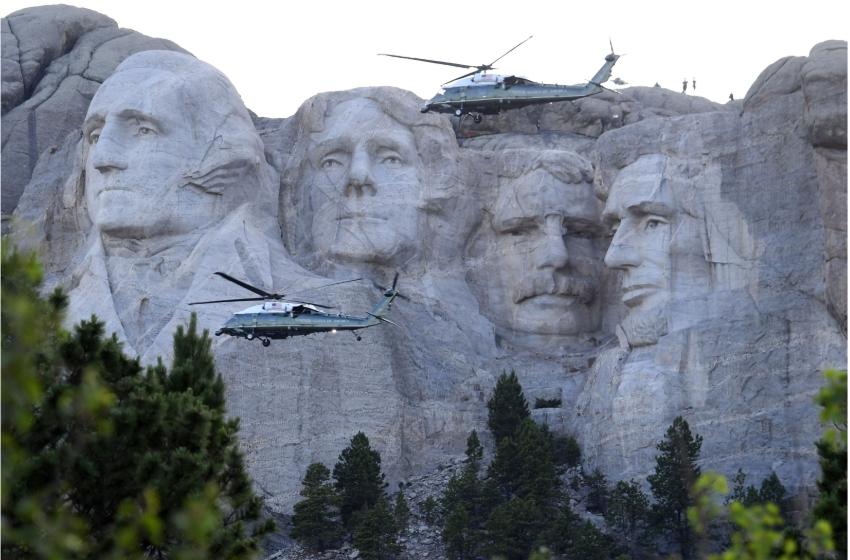 川普總統3日前往南達科他州的總統山國家紀念公園,參加美國國慶煙火施放並發表演說,兩架直升機在總統山空中巡邏。(Getty Images)