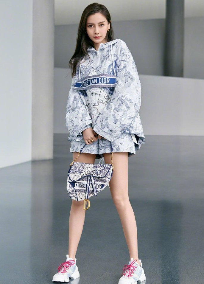 Angelababy詮釋DIOR環遊世界藝術圖騰Saddle刺繡帆布馬鞍包。取自微博