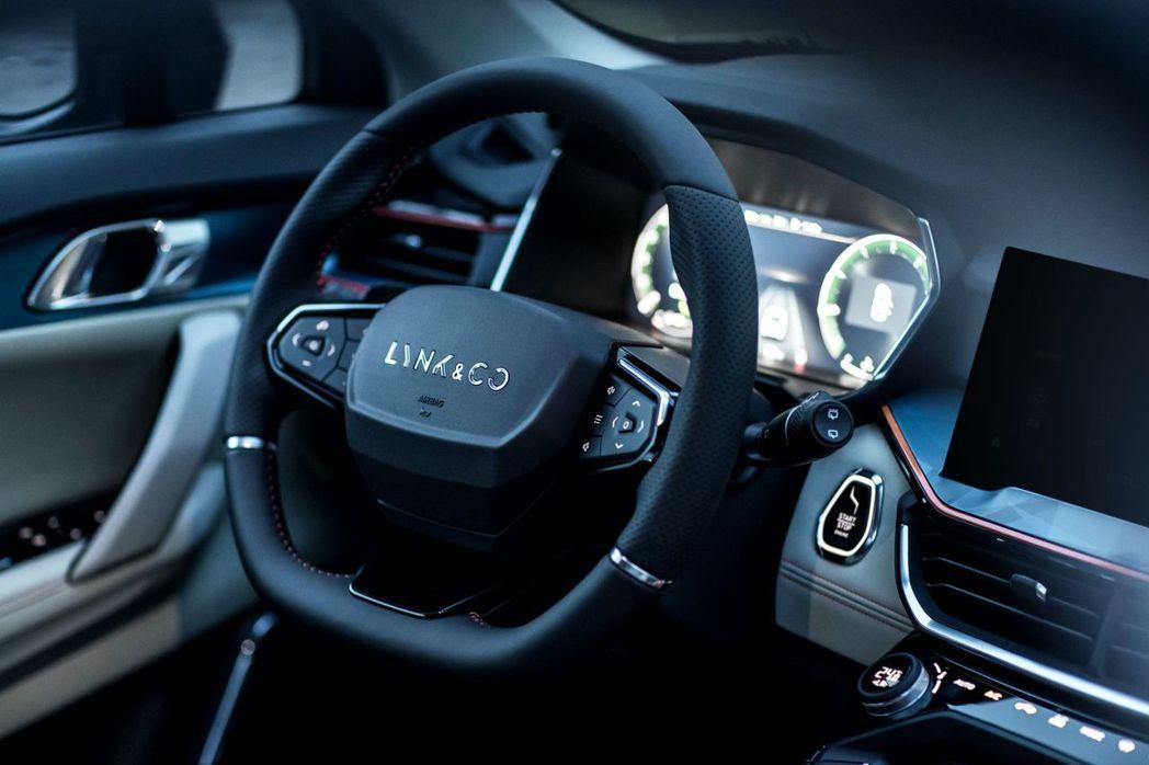 領克06也更換了新的三幅式方向盤,黑色下幅的設計會有雙幅式的視覺效果。摘自Lynk&Co
