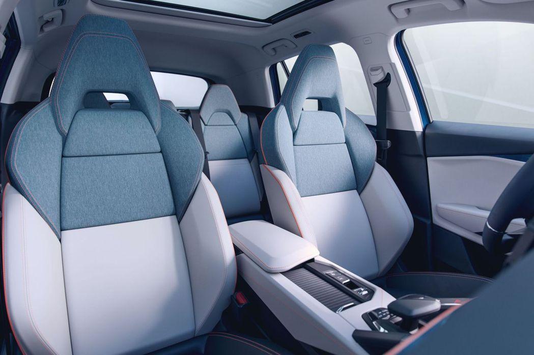 織布混搭皮革的雙色運動座椅,營造年輕質感。摘自Lynk&Co