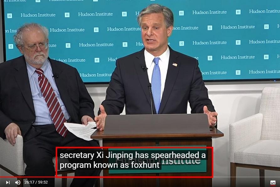 美國聯邦調查局局長雷伊(中)7日在華府智庫哈德遜研究所演說時表示,獵狐計畫追捕境外華人,包括數百位美國公民,以令人震驚的手段脅迫「迅速回國或者自殺」,呼籲這些人與FBI聯絡。(擷自哈德遜研究所影片)