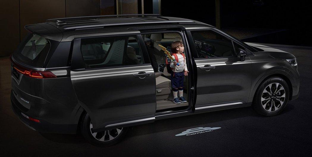 第四代Kia Carnival添增專屬迎賓地燈,讓乘客在昏暗的環境中也能安全上下車。摘自Kia