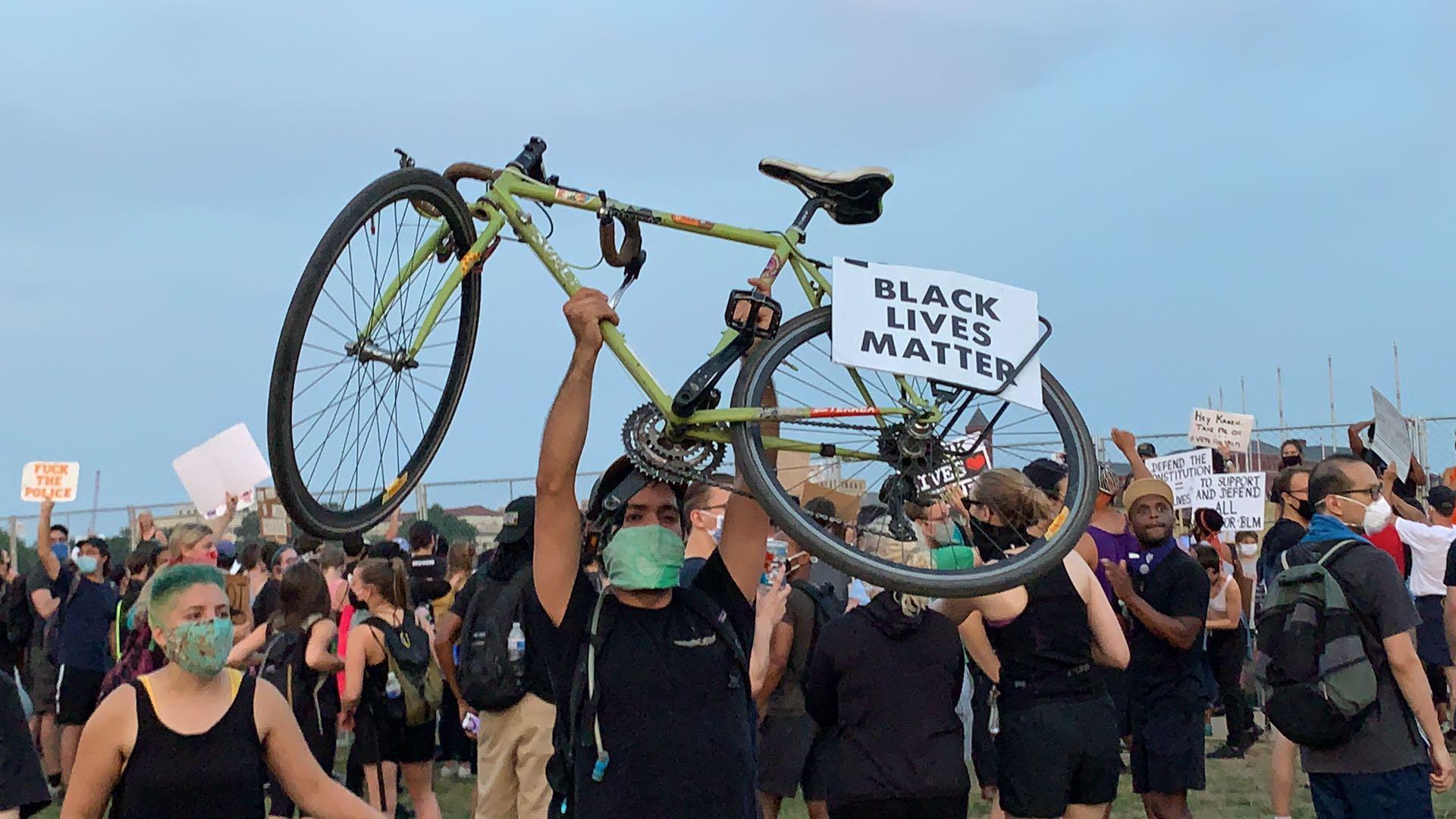 一群身穿黑T恤的示威民眾聚集在華盛頓紀念碑前高喊「黑人的命也是命」。(記者張筠 / 攝影)
