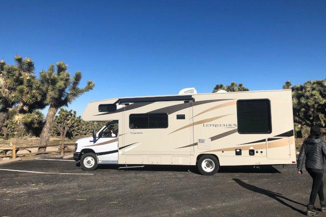 擔心搭機風險的旅行者正帶著家人登上RV,在全美各地尋找露營地。路透