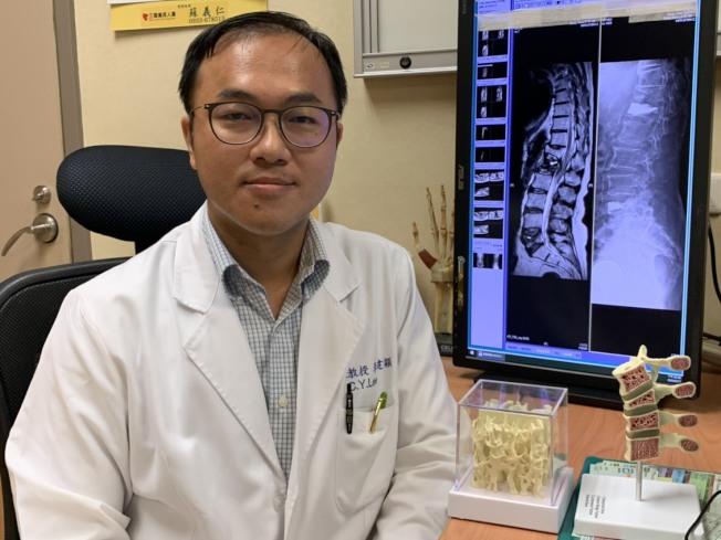 台灣嘉義長庚骨科醫師李建穎發現黃太太同時有兩處脊椎壓迫性骨折。(圖:嘉義長庚醫院提供)