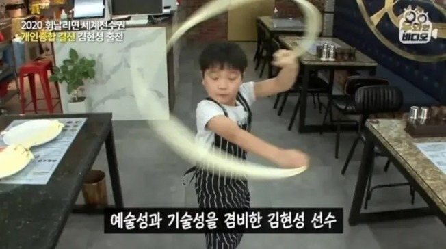 南韓一對9歲和11歲的兄弟最近出演電視台節目意外引起熱議,他們只花兩個月跟父親學習拉麵,技術卻比不少大人厲害。(翻拍自YouTube影片)