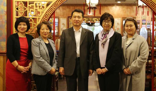 2019年底第一IC銀行資深副總裁申東源(中)率華裔行員與媒體會面,當時罹病的Sheena(右二)依然精神矍鑠。