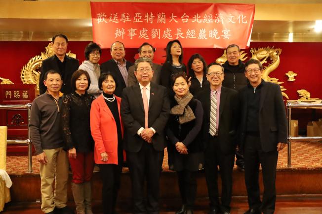 今年1月19日Sheena抱病,與Eddie(後排二和三)出席歡送經文處處長劉經巖的晚會。
