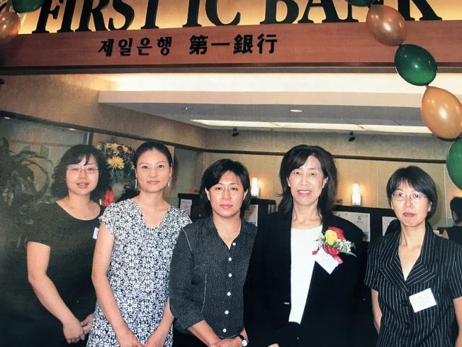 圖為第一IC銀行Johns Creek分行2007年8月正式開幕典禮,Sheena(右二)與行員。從那時起Sheena便擔任Johns Creek分行經理。2月時,也就是她病故前兩個月,該銀升任她為第一副總裁。