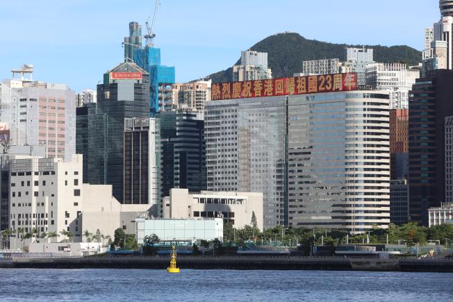 7月1日是香港回歸中國23周年紀念日。 前一天30日,維多利亞港一帶多個標誌性建築打出「熱烈慶祝香港回歸祖國23周年」等標語。(中通社)