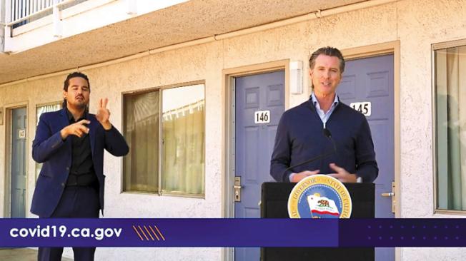 州長紐森肯定通過向遊民提供酒店客房對減緩病毒傳播的作用。(州長辦公室視頻截圖)