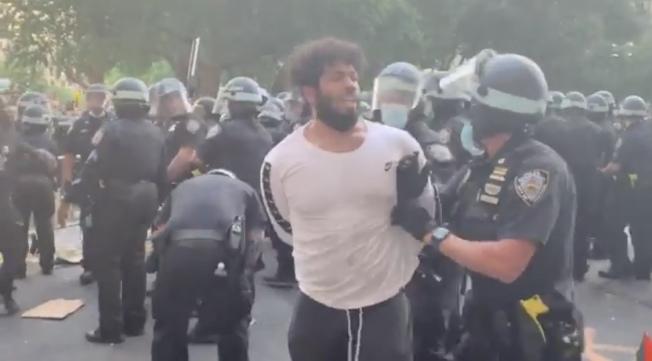 紐約市警方被市議會削減預算當日,示威者與警方發生衝突,有民眾被拘捕。(推特視頻截圖)