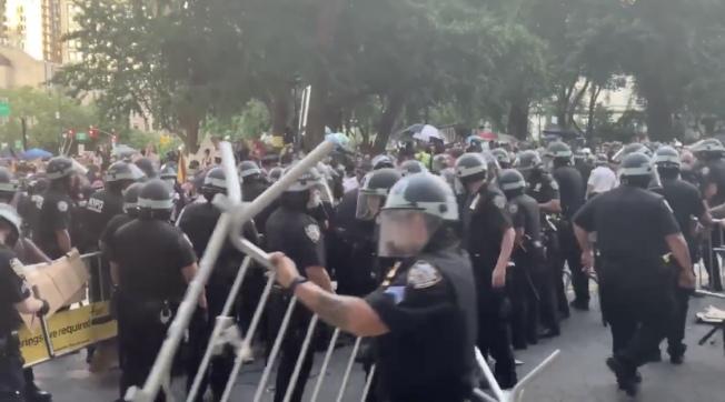 紐約市警方被市議會削減預算當日,示威者與警方發生衝突。(推特視頻截圖)