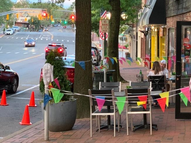 餐廳能否在戶外擺桌經營,取決於空間的大小和環境衛生。(記者曹健╱攝影)
