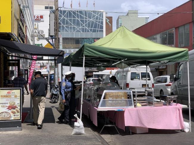 法拉盛商改區表示,在馬路上設攤營業,須遵守市府規定。(記者賴蕙榆/攝影)