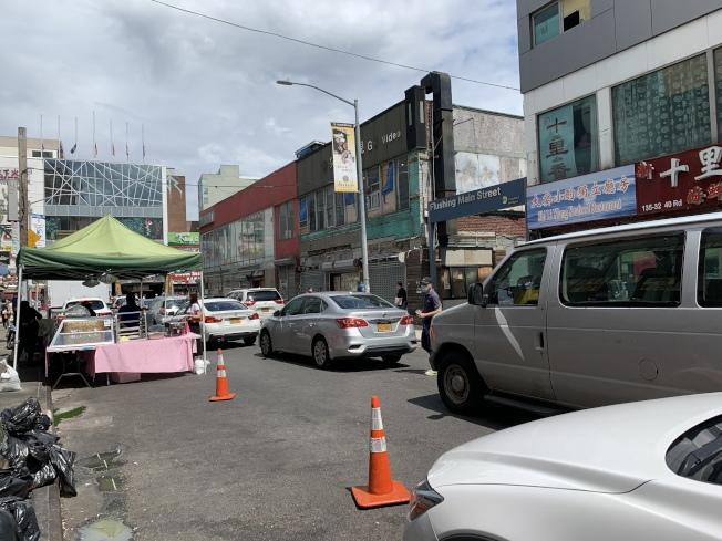 法拉盛商改區表示,在馬路上設攤營業,需遵守戶外經營規定。(記者賴蕙榆/攝影)