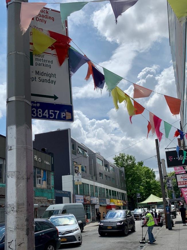 商家在馬路上設攤,需遵守「戶外餐廳」要求設置路障等規定;圖為法拉盛40路。(記者賴蕙榆/攝影)