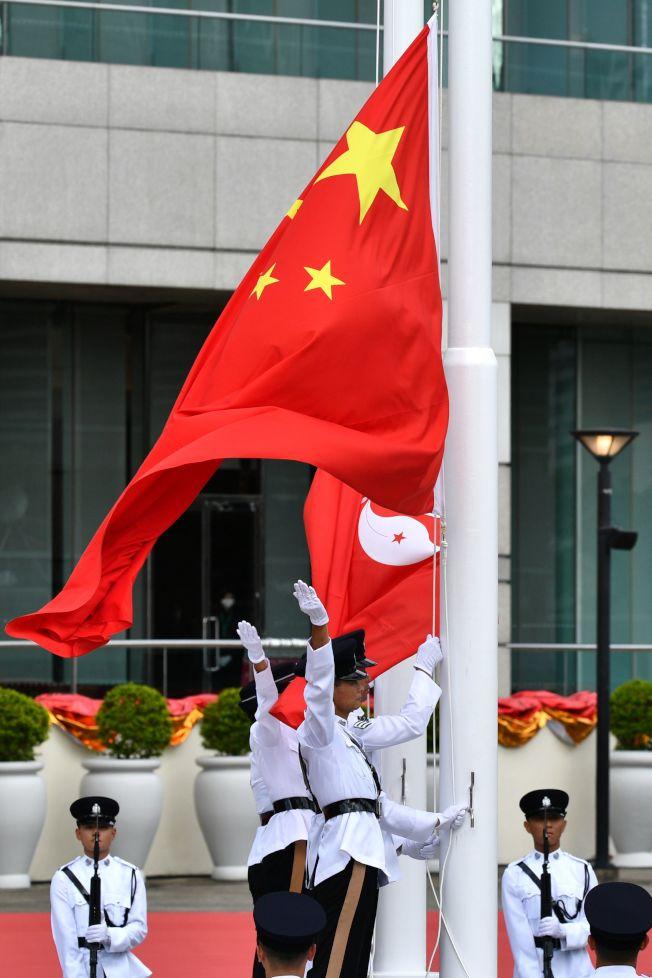 香港前後任特首,在現任特首林鄭月娥帶領下,1日慶祝香港回歸中國23周年升旗典禮。(Getty Images)
