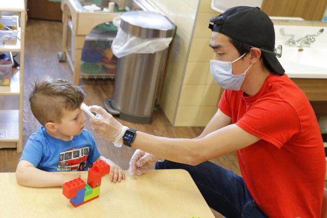 和鄰居或朋友一起辦夏令營更放心,彼此之間可隨時掌握孩子的健康狀況。(美聯社)