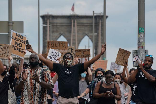 6月6日,紐約布魯克林大橋上,萬人進行和平遊行示威,要求正視警察暴力。(美聯社)