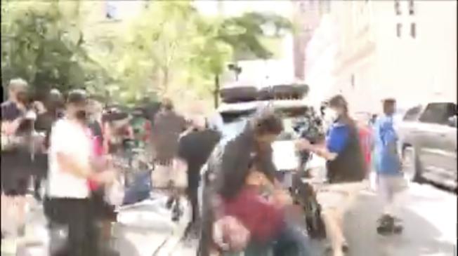 一非洲裔示威者市府公園攻擊攝影記者。(視頻截圖)