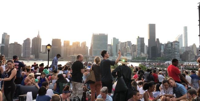 國慶假期將至,專家提醒民眾應避免與陌生人群聚。圖為往年民眾在東河河岸等待國慶煙火場景。(記者顏嘉瑩/攝影)