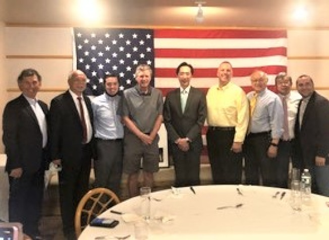左起:畢靈頓、葉超、James Diossa、麥基、徐佑典、Don Grebien、陳任卓、吳子平、Carlos Toban。(羅德島華人協會提供)