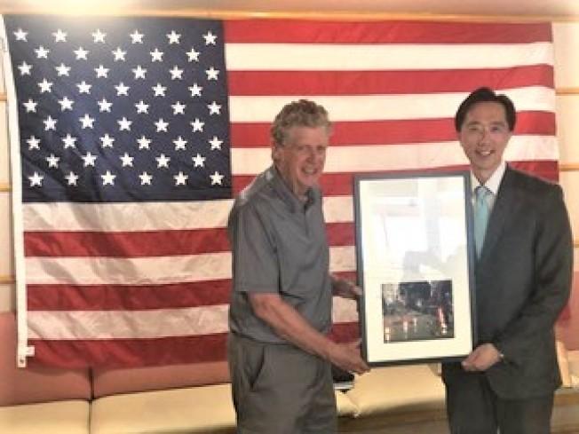 羅德島州副州長麥基(左)頒發感謝狀給駐波士頓台北經文處處長徐佑典。(羅德島華人協會提供)