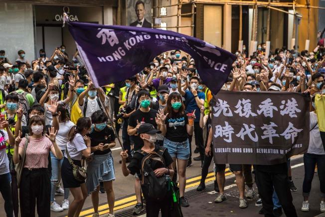 七一是香港回歸23年,示威者走上街頭抗議「港區國安法」,高舉「光復香港 時代革命」的標語和「香港獨立」的旗幟並呼口號。(Getty Images)