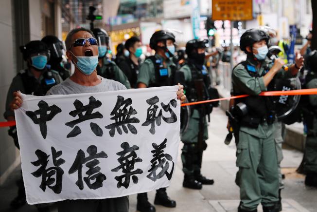 七一是香港回歸23年,示威者走上街頭抗議「港區國安法」,高舉「中共無恥 背信棄義」的標語。(路透)