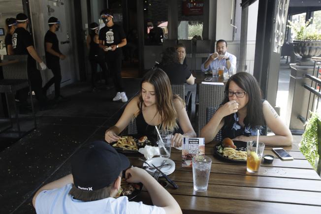 加州1日新冠肺炎新增確診近5900例和死亡逾110例,過去兩周確診增加近50%,住院率也成長43%;州長紐森宣布關閉洛杉磯等19郡的酒吧和餐廳堂食。(美聯社)