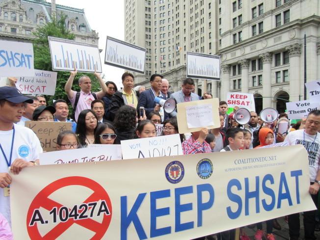 華人家長認為應該保留篩選考試制度;圖為市府此前提出以廢除SHSAT考試為主的特殊高中錄取制度時,遭華人社區抗議。(本報檔案照)