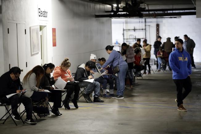 新冠肺炎衝擊勞動市場,400萬名私人企業勞工面臨減薪,卻反使領取失業金的無工作者,較在職勞工有更高收入。圖洛杉磯市失業者申領失業金。(美聯社)