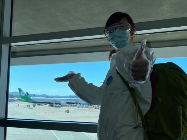 吳可可全副武裝搭機抵達舊金山機場,慶幸在聯邦政府關國門前就申請好H1b簽證並順利返美,否則就無法返美工作了。(吳可可提供)