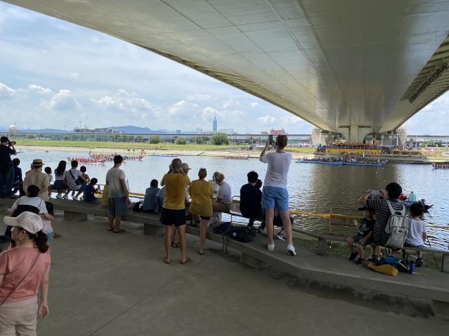 Michelle說幸好4月就帶小孩回台灣,小孩還能上課、參加學校社團,並與朋友一起去看划龍舟比賽。(Michelle Tsao提供)