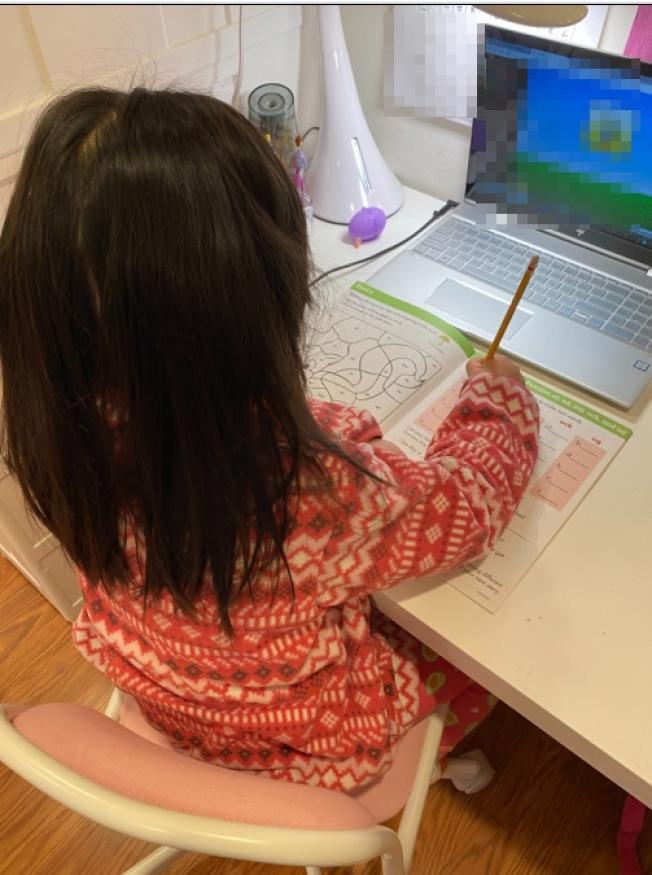 蘇芙昕說,6歲大女兒只能透過網路遠距離上課,全家計畫乾脆讓小孩回台灣上小學,還能學注音符號、交朋友。(蘇芙昕提供)