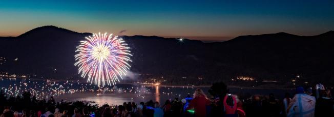 今年注定是不一樣的國慶節煙火,南加各地舉辦的煙火燃放和慶祝活動紛紛取消,大熊湖則會在國慶當晚燃放煙花。(Big Bear Mountain Resort網站圖片)