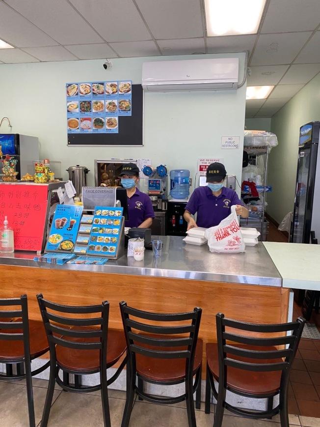 部分華人餐飲商家的粥粉麵飯等基本飲食的外賣,在疫情期間出奇制勝,生意比疫情前還好。(Selina陳提供)