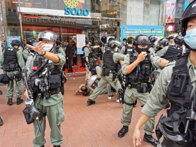 港區國安法6月30日深夜生效,香港警方7月1日在銅鑼灣驅散及逮捕準備參與遊行的示威人士。(中央社)