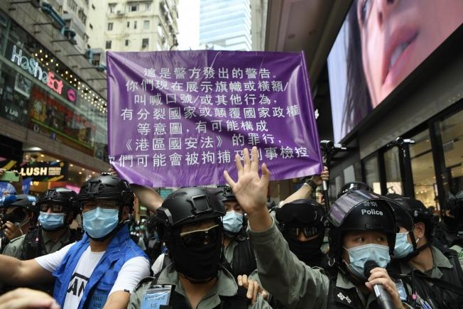 中國「港區國安法」上路首日,港警在銅鑼灣首次展示警告違反國安法的「紫色旗」。(香港中通社)