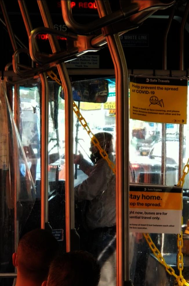 男乘客站在公車司機旁,與司機爭執。(reddit網站上的視頻截圖)
