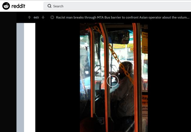 一段記錄男子在公車上進入乘客禁止區、對亞裔司機說髒話的視頻發布在Reddit網站上。(Reddit網頁截圖)