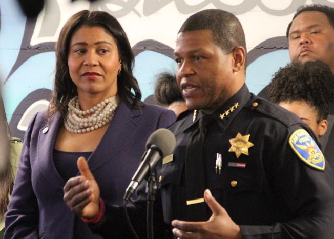 明尼蘇達州的非裔死亡事件在全國引起抗議示威浪潮,舊金山也已經宣布系列改革。圖為市長布里德(左)與警察局長史考特(前右)。(本報檔案照片)