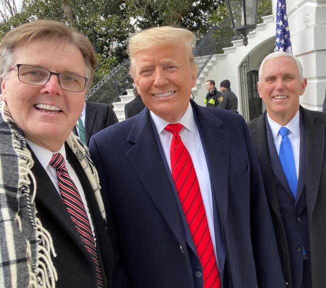 德州副州長派翠克(左)被批評不理會白宮醫療專家的傲慢心態。(Dan Patrick臉書)
