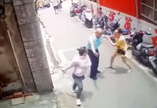 台灣男子聽不懂兩名越南女子在罵什麼,但仍努力勸架。(記者林昭彰/翻攝)