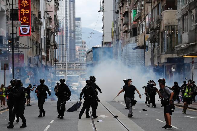 7月1日是香港回歸23年,示威者走上街頭抗議「港區國安法」,港警出動水炮車。(路透)