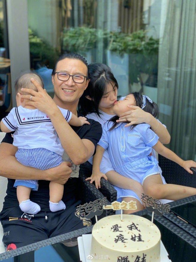汪峰抱著兒子與女兒們拍照。(取材自微博)